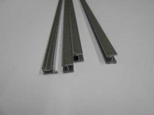 I profili in acciaio che vengono inseriti nelle stecche per rinforzare la tapparella