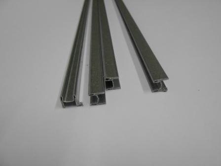 I profili in acciaio che vengono inseriti nelle stecche per rinforzare le tapparelle in pvc