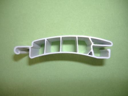 Profilo della tapparella in plastica pvc prodotta da Effeplast, da cui si vedono le camere d'aria che aumentano l'isolamento termico